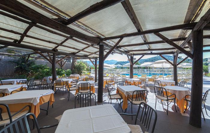 Ресторан с бассейном